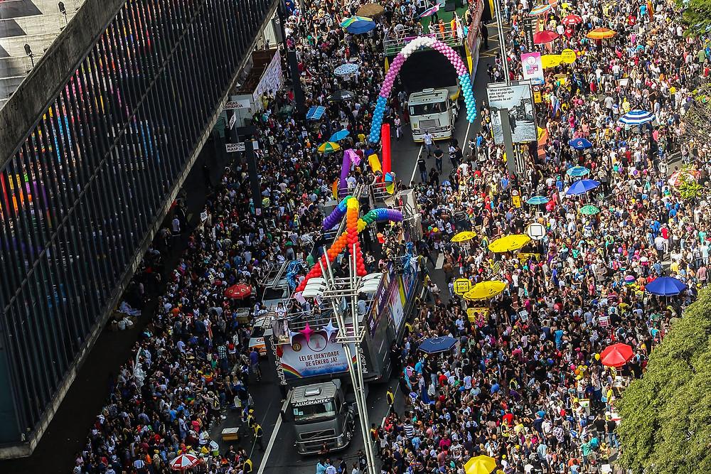 Arco de balões nas cores da bandeira trans enfeita a concentração em frente ao MASP. (crédito da foto: Paulo Pinto [fotos públicas])