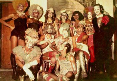 Grupo Dzi (grupo reunido e maquiados) Fonte: https://fashionkillsme.wordpress.com/2010/10/30/dzi-croquettes- va-assistir- hoje/