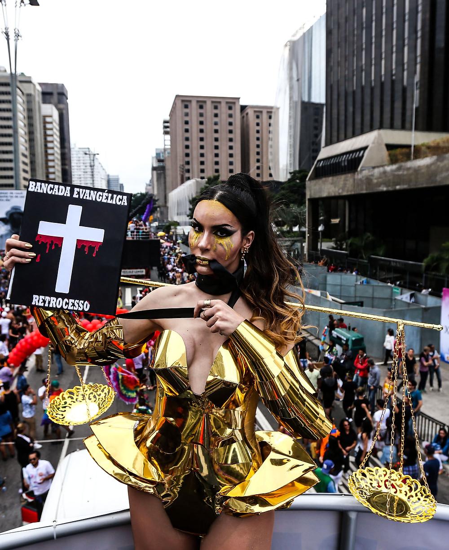 - Viviany Beleboni desfila amordaçada em protesto contra os rumos da política brasileira. (crédito da foto: Paulo Pinto [fotos públicas])