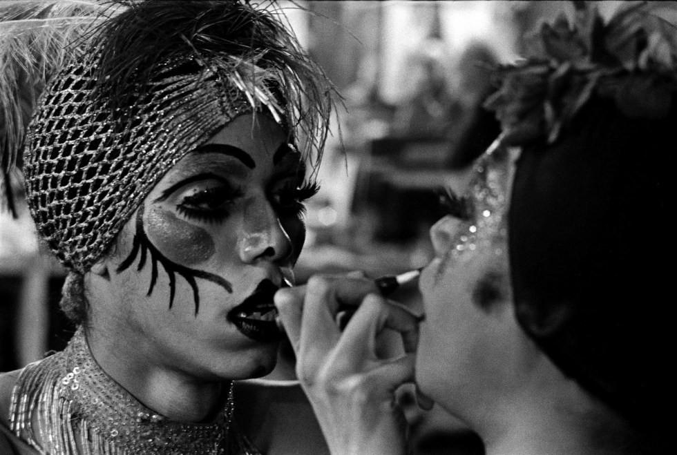 Paulette passando batom no espelho - Fonte: https://fashionkillsme.wordpress.com/2010/10/30/dzi-croquettes- va-assistir- hoje/