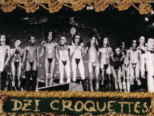 Grupo reunido no palco pós apresentação - Fonte: https://fashionkillsme.wordpress.com/2010/10/30/dzi-croquettes- va-assistir- hoje/