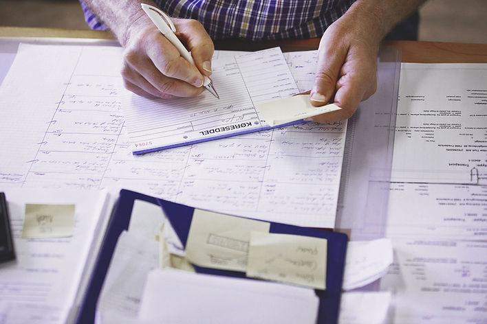 υπάλληλος εκλησιαστικού γραφείου σημειώνει