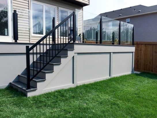 Deck with topless glass railing