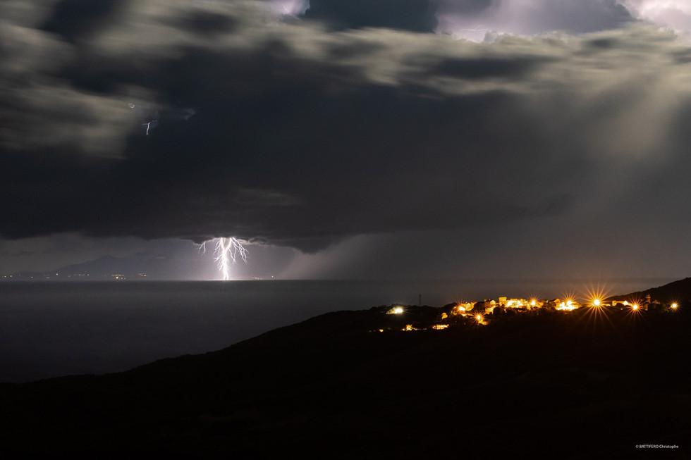 Tomino sous l'orage