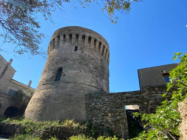 Au pied de la tour génoise de Tomino