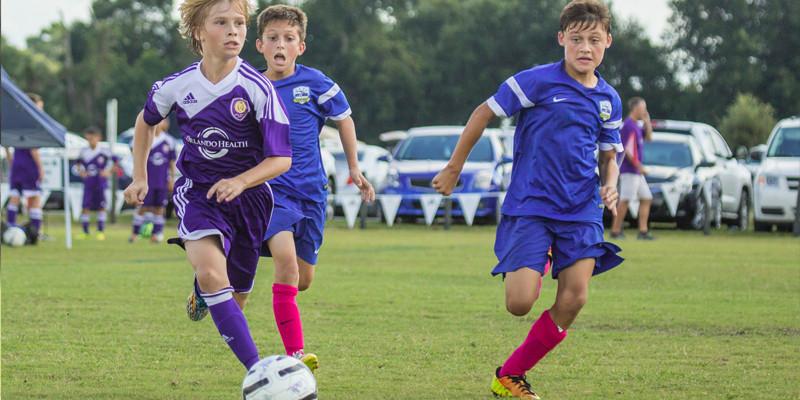 jovens adolescentes futebol