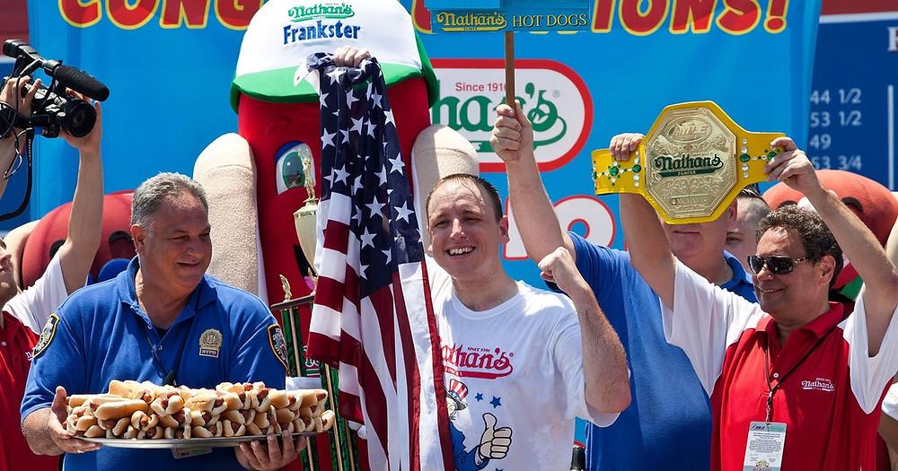 A tradicional Nathan's Famous Hotdog Eating Contest