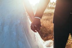 Les mariés se donnant la main
