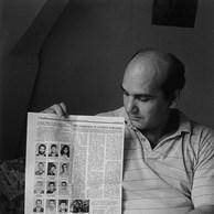 Rafik a 38 ans. Il vient d'Arménie. Il y a laissé sa femme et ses trois fils. Il avait pris les armes au Karabach pour lutter contre le blocus imposé à l'Arménie. De nombreux membres de son groupe sont morts. Il me montre le journal où leurs portraits sont imprimés. Rafik n'ose pas donner ni prendre de nouvelles de sa famille.  ll a peur pour leur sécurité là-bas.  Centre de la Croix-Rouge, Waulsort, 1995