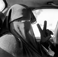 Check-point d'Abou Holi, le 9 décembre 2002  14h. Nous sommes collées l'une à l'autre depuis plus d'une heure dans le taxi bloqué par les militaires israéliens. Nous ne savons pas encore que nous ne traverserons cette route qu'à 19h30'.  Son mari vient de sortir. Elle me regarde enfin. Dans le langage des yeux, des mains, elle accepte la photographie.  Je voudrais connaître son visage.