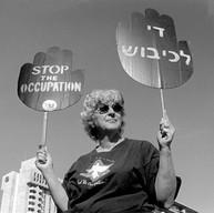Jérusalem, le 6 décembre 2002  Tous les vendredis, les femmes en noir israéliennes manifestent, demandant la fin de l'occupation.