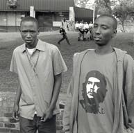 """Butare, le 7 avril 2004.  Le spectacle """"Rwanda 94"""" se joue dans l'amphithéâtre de l'université. Les étudiants n'ont pas tous trouvé de place. Ils interrogent les spectateurs à la sortie de la salle."""