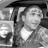 Ramallah, le 7 avril 2005  Tarik est chauffeur de taxi comme beaucoup de jeunes hommes qui n'ont pu, pour cause d'occupation, terminer leurs études. Quand il passe devant une patrouille israélienne ou un check-point, il cache la photo du Ché qu'il garde toujours sur son pare-brise.