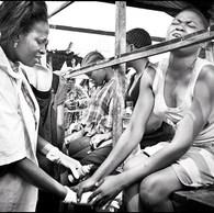 Anita sur le marché de Gambela. Dépourvue de moyens, elle pare au plus urgent. Mais quand un cas grave se présente, elle n'a pas les moyens d'envoyer les enfants à l'hôpital, qui est payant. (République Démocratique du Congo, Kinshasa, 2016)