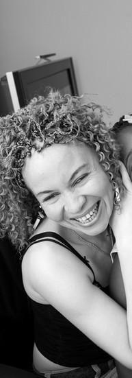 Annie Mokto a 30 ans  Elle est née malvoyante. Cette malvoyance est l'une des caractéristiques de l'albinisme oculo-cutané dont elle est atteinte. Au Cameroun, elle a eu un cursus scolaire très difficile, ne pouvant lire au tableau. Par ignorance ou par déni, elle n'a eu aucun soutien. Cela lui a valu de nombreux échecs. A son arrivée en Belgique, il y a huit ans, Annie décide de suivre une formation à la Ligue Braille qui lui réapprend tout. Elle prend des cours à distance et réussit le jury central. Actuellement, elle suit des études de droit à l'université. Annie utilise pour la lecture une télé loupe, une synthèse vocale et une loupe à main.  Elle vit avec sa fille Sabrina. Elle participe aux groupes de paroles organisés par l'asbl « Le Troisième Œil ». Ça lui fait du bien de discuter avec d'autres personnes atteintes de déficience visuelle.  - Ce n'est pas facile d'assumer sa différence, son handicap. Mais je suis dans un processus de compréhension et d'acceptation. Ma différence m'a donné une énergie de lion. Aujourd'hui, j'estime avoir reçu une deuxième chance, je dois en profiter.