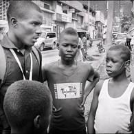 Kendy a 30 ans. Il s'occupe d'une petite centaine d'enfants de 9 à 17 ans. Quand il arrive, tous arrivent en courant, s'accrochent à lui. Il est calme, souriant, paternel. Indispensable pour des enfants qui vivent la violence même entre eux : « la guerre du sommeil» consiste à « punir » sauvagement un enfant mal caché la nuit. (Haïti, Cap Haïtien, 2016)