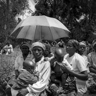 Bisesero, le 18 avril 2004.  Ils sont venus, la plupart les pieds nus, des collines avoisinantes. Bien avant le spectacle, ils se sont assis et ont attendu, un peu incrédules, le début de leur histoire. Ils sont presque tous rescapés du génocide.
