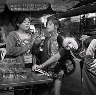 Sa a 36 ans. Elle a fait des études la préparant au travail social à l'université. Elle a d'abord travaillé comme bénévole et a été engagée en 2005. Elle vient régulièrement à la pagode où les enfants font de petits boulots le soir. (Vietnam, Ho Chi Minh Ville, 2017)