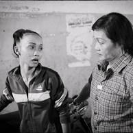 Kim Chi participe aux maraudes. Elle écoute les jeunes mères qui dorment à la rue, informe et tente de soulager ces femmes confrontées à la grande pauvreté et à une terrible insécurité. (Vietnam, Ho Chi Minh Ville, 2017)