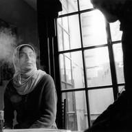 Gaza-ville, le 10 décembre 2002. Dans un bar, près de l'université de Gaza, les jeunes gens discutent en fumant le narghilé.  Musique d'ambiance, odeur sucrée,...   Gaza-ville, le 10 décembre 2002. Dans une cafeteria, près de l'université de Gaza, les jeunes gens discutent en fu¬mant le narghilé. Musique d'am¬biance, odeur sucrée,...
