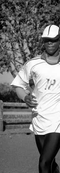 Théophile Ngensimana, 20 ans.  Théophile fait ses études primaires et commence ses études secondaires au Rwanda. Atteint d'une maladie génétique, sa vue se dégrade, petit à petit.   - Je ne voyais plus le tableau. Mon oncle, mon seul parent, vivait en Belgique. En 2006, je suis venu le rejoindre pour essayer de me faire soigner.   Il se cache les yeux. Il parle calmement. A la mort de son oncle, il est accueilli dans la famille d'une amie. Dans un an, il terminera ses études en travaux de bureau à Ghlin, aux Amis des Aveugles.  En 2009, lors d'un stage créatif et sportif, il découvre la course à pied. On l'encourage à tenter les 20km de Bruxelles. Les résultats sont très bons. Jean-Pierre, son entraîneur croit en lui : A sa première course, il est devenu champion de Belgique. On peut envisager une carrière européenne. Ça dépend de lui…  Sur piste, Théophile s'entraîne seul. Sur route, il a besoin d'un guide auquel il est relié par un élastique.  - Courir, c'est vital pour moi. Je ne remercierai jamais assez ceux qui acceptent de me guider. Sans eux, je ne pourrais pas le faire.