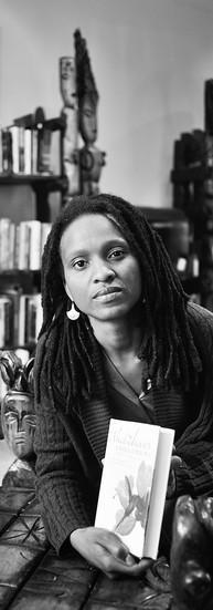 Chika Unigwe Auteure  « Je pense que la fonction de modèle ne doit pas être sous-estimée. Ainsi quand une enfant de cinq ans pense qu'elle doit d'abord devenir blanche pour pouvoir être institutrice… cela veut dire qu'il y a quelque chose qui ne va pas dans le système. »