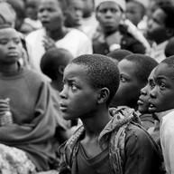 Bisesero, le 18 avril 2004.  La foule se tait, attentive. Les enfants sont venus nombreux assister au spectacle. Nés après le génocide, ils écoutent les comédiens leur raconter leur passé.
