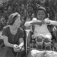 Chantal est avec l'infirmière du Centre. Elle est venue du Rwanda avec les autres enfants de l'hôpital de Relina. Je ne la verrai qu'une fois. Les autres fois, elle était à hôpital. Quand Chantal se cogne, elle se casse un os. Elle est courageuse, paralysée et souriante. Elle reste parfois étendue de longs moments dans la pelouse sans rien faire. Elle n'a pas de livres...  Centre de la Croix-Rouge, Yvoir, 1995