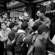 Ramallah, 2011  Les enfants se rendent à la manifestation du 1er mai au centre de la ville.