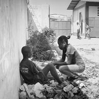 L'accompagnement individuel peut prendre des formes très variées. L'essentiel est d'être là au moment où l'enfant en a vraiment besoin.Rachelle a pris un jeune à part afin de discuter de ce qui semble le tracasser. (Haïti, Port-au-Prince, 2016)
