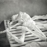 Mémorial de Murambi, le 8 avril 2004.  Les 20 et 21 avril 1994, cinquante mille tutsis ont été assassinés dans cette école. Les cadavres, momifiés dans les fosses communes, ont été recouverts de chaux et alignés sur des claies dans les anciennes salles de classes. Rien à dire. Juste accepter le chemin que prend le deuil, cette réalité brutale et nécessaire. Il n'y a plus de mots…