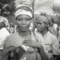 Bisesero, le 18 avril 2004.  Les femmes rwandaises sont dignes, belles et fortes. Elles doivent assurer la survie des leurs et maintenir les bases de la communauté. C'est sur elles que repose l'avenir de la société.