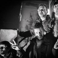 La rue c'est aussi la vie, le rire, la solidarité. Ionut et les jeunes de Parada se préparent pour la représentation de cirque. Nombreux sont ceux qui ne peuvent compter que sur les soins médicaux apportés par les équipes mobiles des travailleurs sociaux de rue. (Roumanie, Bucarest, 2015)