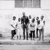 Les relations entre les enfants en situation de rue et les commerçants ne sont pas toujours au beau fixe. Mais des solidarités peuvent aussi voir le jour. Ainsi, des commerçantes offrent aux enfants les restes des repas des clients. C'est le système des «restcombine ». (Haïti, Cap Haïtien, 2016)