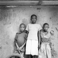 """Kigali, le 14 avril 2004.  Dans les rues de Kimisagara, quartier populaire de Kigali, les enfants jouent. """"On essaie de cacher aux enfants ce qui s'est passé"""". 50% de la population rwandaise a moins de quatorze ans."""