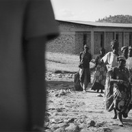 Mémorial de Murambi, le 8 avril 2004.  Les rescapés guident les visiteurs dans le site. Ils témoignent, racontent. Ils côtoient tous les jours les ouvriers, majoritairement Hutus, qui entretiennent et rénovent le lieu.