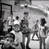 Construire des ponts avec les écoles, les centres de jeunes, les organisations communautaires fait partie du quotidien des travailleurs sociaux de rue. Par exemple, la collaboration avec Médecins du Monde, dont la mission essentielle est de s'occuper des traumatismes engendrés par l'emprisonnement des jeunes dans les prisons israéliennes. (Palestine, Camp de réfugiés d'Al Arrub, 2016)