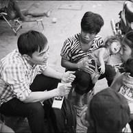 Hoa travaille depuis plusieurs années comme travailleur social de rue. Il va sur les marchés, parle avec les familles, distribue de l'information notamment sur l'avortement. (Vietnam, Ho Chi Minh Ville, 2017)                 