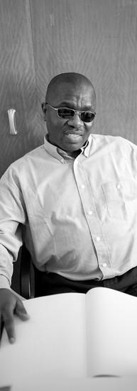 Célestin Djoko Wakeu, 47 ans.  Célestin était chef d'une entreprise de tourisme au Cameroun. Quand il a perdu la vue, il y a 5 ans, il est venu en Belgique avec l'espoir de se faire soigner. Mais tout a échoué et il est dans le noir total. Il apprend le Braille, se forme à l'utilisation des nouvelles technologies numériques et se lance dans l'écriture.  Romancier et économiste, il mène de front deux projets qui lui tiennent à cœur.  D'abord l'écriture d'un roman dont l'intrigue commence dans son appartement et se déroule à Bruxelles.   - Je n'étais jamais venu à Bruxelles. Je sais ce qu'il y a dans mon quartier et je me forge un monde dans lequel je mets mes personnages.  Ensuite une thèse, soutenue à l'ULB, une réflexion sur la création de petites coopératives modernes plus proches des populations du Sud.  - Le handicapé peut créer un monde dans son esprit. L'imagination n'est pas discriminatoire. Elle est accessible à tous. Je suis handicapé et j'ai le droit d'écrire tout ce que je veux.