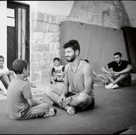 Le cirque est un excellent outil pédagogique, y compris pour les travailleurs sociaux de rue. L'enfant peut s'y épanouir et reprendre confiance. La Palestinian Circus School propose des stages, des camps d'été ou des activités ludiques. De nombreux jeunes des camps de réfugiés y ont trouvé le moyen de s'exprimer, de raconter leur vécu. (Palestine, Birzeit, 2016)