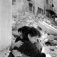 """Beit Jala, le 30 avril 2002.  Le couvre-feu du village voisin de Bethléem est levé pendant quatre heures tous les quatre jours. Iman, directrice du théâtre Ashtar à Ramallah, retrouve Aïda, sa belle-sœur, à l'Inad Theatre. C'est un théâtre pour enfants qui est pourtant bombardé. Il faudrait penser à l'évacuer. Mais le théâtre fonctionne clandestinement pendant le couvre-feu :  """"Les enfants ont besoin de culture pour ne pas sombrer. On jouait partout en Palestine. Il fallait 1heure pour aller à Hébron. Maintenant, avec les check-points; il faut six heures... quand on peut y aller!"""