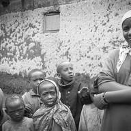 Butare, secteur Mpungwe, le 8 avril 2004.  Le village est récent, peuplé majoritairement par des veuves. Les maisons neuves et les parcelles à cultiver sont offertes par le gouvernement qui tente ainsi de rassembler tous ceux qui vivent isolés dans les collines. Un jour, on amènera l'eau et l'électricité.