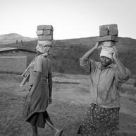 Murambi, le 8 avril 2004.  Là-bas, face aux corps exposés, ma tête se vide, refuse d'accepter… Je prends mon appareil et photographie les visages souriants des travailleurs qui refont les trottoirs du Mémorial…