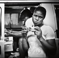 La distribution de préservatifs auprès des populations prostituées est fréquente dans le travail social de rue. Elle est essentielle pour prévenir les grossesses non désirées et les risques d'infections  sexuelles. (République Démocratique du Congo, Kinshasa, 2016)