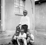 Kigali, le 14 avril 2004.  Les enfants de William jouent devant la porte avec les voisins,. William avait 20 ans quand il est rentré au Rwanda avec les troupes du FPR en 1994. Il est maintenant policier à Kigali.