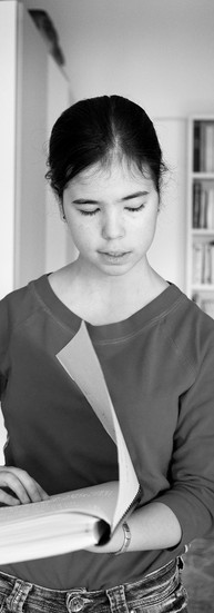 Sarina, 16 ans.  Suroxygénée en couveuse, elle est très malvoyante depuis la naissance et sa vue continue à se dégrader de jour en jour.  - Etre malvoyante ne présente pas que des inconvénients…  Sarina a le rire facile. Elle parle avec enthousiasme de ceux qui l'aident : son psychologue, sa logopède, ses parents, ses professeurs «hyper-gentils», ses amis – ça m'a pris du temps de me faire des amis mais ils sont géniaux. Une volonté de fer la motive et la pousse en avant.  - Parfois je suis out, je n'ai pas envie de faire bonne figure. Mais à force de jouer la comédie, je finis par être bien. De toute façon, il faut tout faire soi-même. Les gens ont peur, ils ne viendront jamais vers toi. C'est à toi de faire le premier pas.  Elle joue du piano, compose et chante. Elle a aussi un solide répertoire classique et se produit régulièrement lors de concerts ou de festivals. Elle participe à des concours qui lui permettent de rencontrer d'autres gens, d'autres cultures. Elle fait du cheval, lit, étudie, surfe sur le net… Son avenir, elle le voit dans la musique ou la psychologie. Elle en parle déjà avec passion.