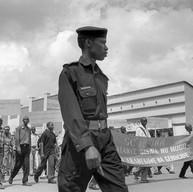 Butare, le 7 avril 2004.  Dix ans après le génocide, les Rwandais réclament toujours la vérité, la justice… Ils demandent des comptes à la communauté internationale qui a, au mieux, laissé faire.