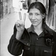 """Bethléem, le 30 avril 2002.  Dans la ville sous couvre-feu depuis un mois, une jeune femme se promène. Elle a besoin de prendre l'air, même si c'est risqué. Le geste semble dérisoire mais il permet de rester debout, de garder l'espoir : """"Nous sommes toujours là. Nous resterons chez nous. Nous résisterons jusqu'au bout."""