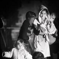 Les jeunes de la Fondation Parada y apprennent les techniques de cirque. Ils vont le soir dans les quartiers défavorisés dont ils sont, parfois, originaires afin d'offrir une représentation à la lueur des phares de voiture. (Roumanie, Bucarest, 2015)