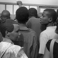 """Kigali, le 11 avril 2004.  """"Beaucoup d'entre nous n'ont pas connu le génocide. On en a entendu parler, mais on ne l'a pas connu. C'est bien de le raconter. Il faut savoir. Les gens pleurent. Ça leur fait du bien. Ça fait deux mois que l'on parle de votre arrivée. C'est vraiment un événement pour nous."""" Tous les jours, la foule s'entasse devant les grilles. Tous les jours, il faut refuser du monde."""